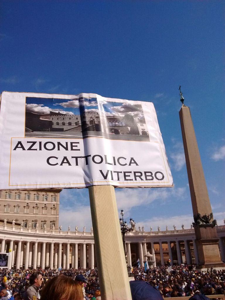 in-piazza-con-cartello